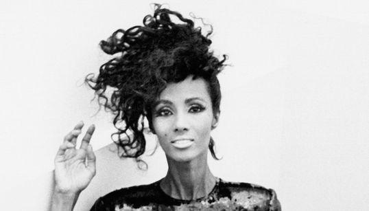 Ιman: Το κορίτσι από τη Σομαλία που κατέκτησε τις πασαρέλες και κέρδισε την καρδιά του David Bowie έγινε 60