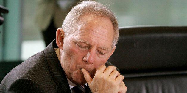 Bundesinnenminister Wolfgang Schaueble sitzt am Mittwoch, 30. Januar 2008, vor Beginn der Kabinettssitzung...