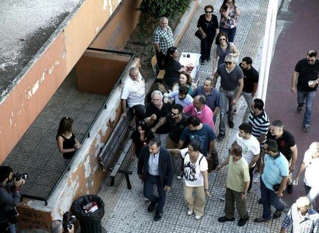 Φραστική επίθεση δέχτηκε ο Θεοδωράκης έξω από εκλογικό