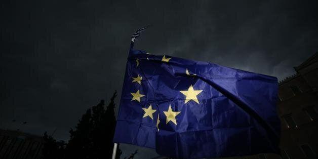 Telegraph: «Η ΕΕ προειδοποιεί για Αρμαγεδδώνα εάν οι Έλληνες απορρίψουν την