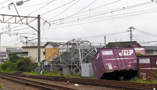 宮崎県で突風、JR延岡駅構内で鉄塔・コンテナが倒れる被害 一部区間で運転見合わせ