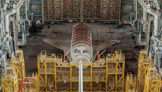 Εικόνες εγκατάλειψης σοβιετικών διαστημικών λεωφορείων σε κοσμοδρόμιο του