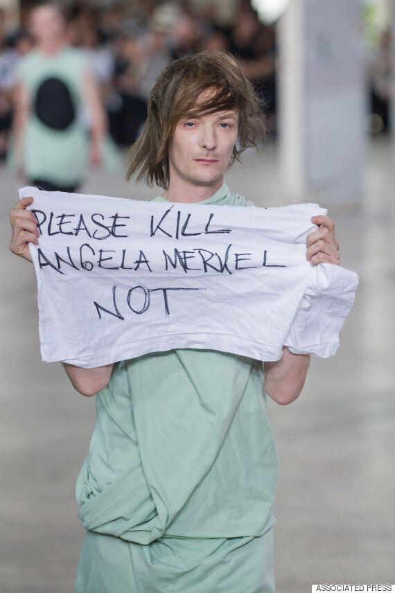 Μοντέλο ξεδίπλωσε πανό που έγραφε
