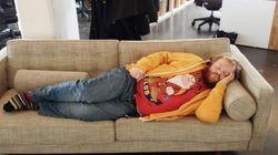 Τον πήρε ο ύπνος στη δουλειά και όταν ξύπνησε είχε γίνει διάσημος μέσα από ξεκαρδιστικά