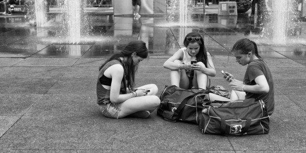 Έρευνα των ΗΠΑ: Οι μαθητές είναι αδύνατον να χρησιμοποιούν το κινητό τους, ενώ