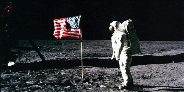 «Τελείωσε» ο Ψυχρός Πόλεμος; Διεθνή επιτροπή που θα εξετάσει αν όντως η NASA έφτασε στο φεγγάρι ζητά...