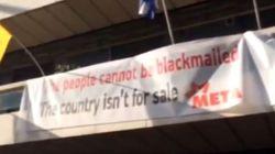 Κατάληψη στα γραφεία της Κομισιόν στην Αθήνα. «Οι λαοί δεν εκβιάζονται - Η χώρα δεν