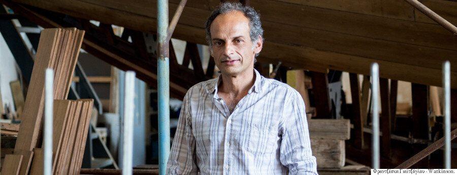 Ο Θοδωρής Τσίκης επιμένει να κατασκευάζει ξύλινα παραδοσιακά σκάφη στο