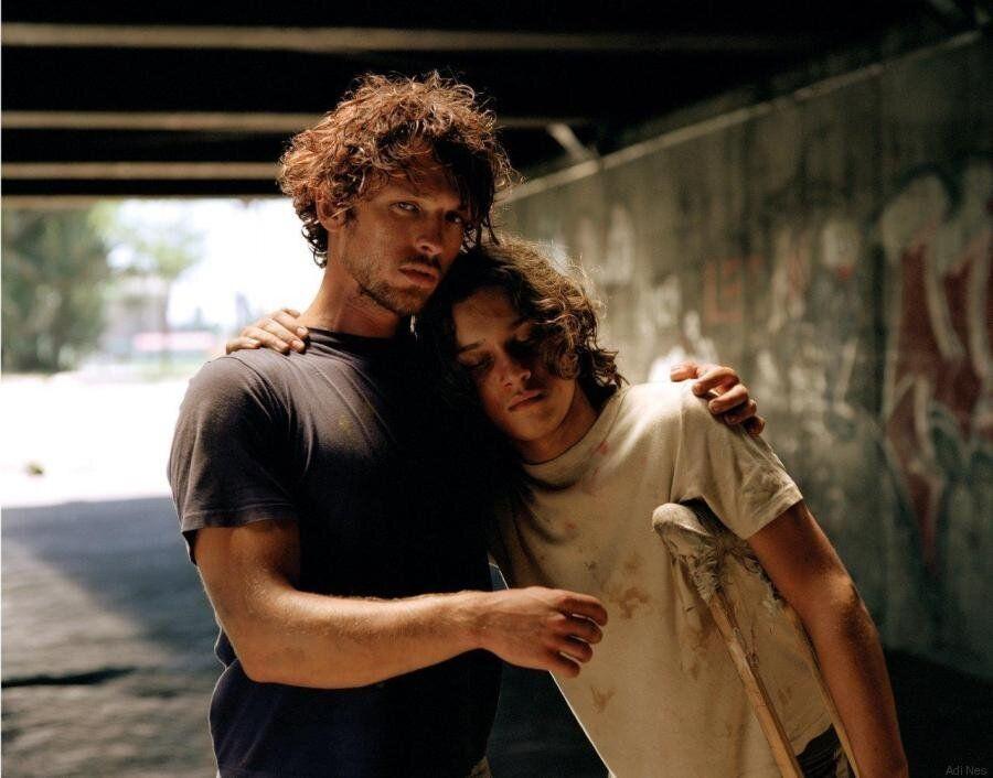 Adi Nes: Ο φωτογράφος που έβαλε άστεγους να ποζάρουν στη θέση των μαθητών του