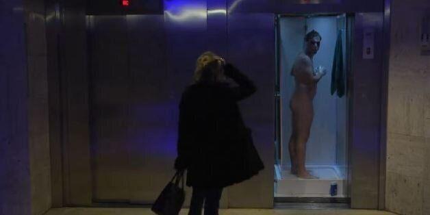 Ο Rémi Gaillard απολαμβάνει γυμνός το ντους του μέσα στο