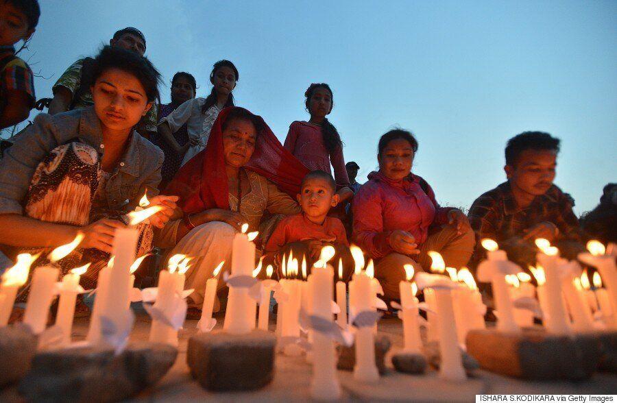 Εκατοντάδες πολίτες ενώσαν τα χέρια για να τιμήσουν τους νεκρούς στο