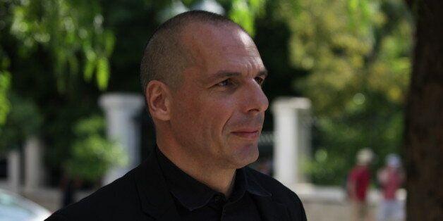 Ο Βαρουφάκης υποδέχτηκε τους εργαζομένους της ΑΤΕ - Πειραιώς και του