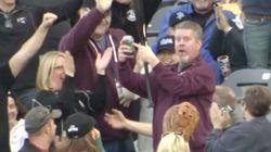Απίστευτο: Πιάνει μπαστούνι του μπέιζμπολ στον αέρα με το ένα χέρι ενώ στο άλλο κρατάει