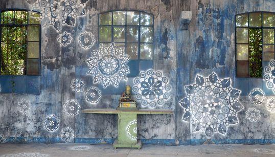 Η street artist NeSpoon θέλει να γεμίσει τις πόλεις όλου του κόσμου με
