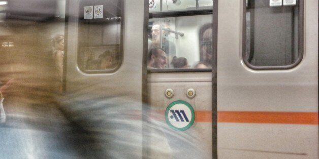 Άνδρας έπεσε στις ράγες του μετρό στα