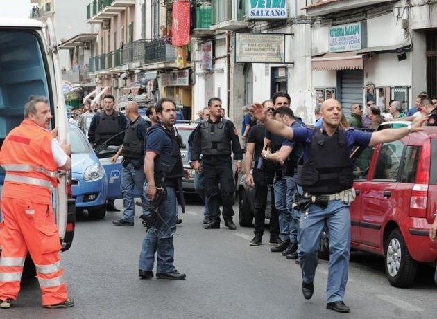 Τρόμος στη Νάπολη με άνδρα που άνοιξε πυρ από το μπαλκόνι. Τέσσερις
