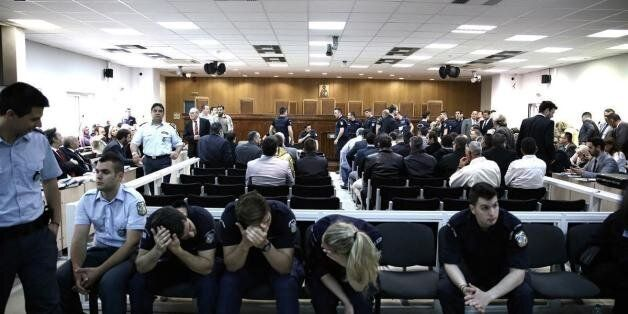 Πρωτοφανές επεισόδιο στη δίκη της Χρυσής Αυγής. Οι «Πυρήνες της Φωτιάς» εισέβαλαν στην αίθουσα εκτοξεύοντας