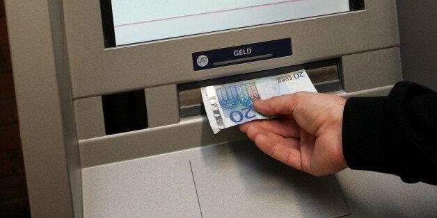 ** ARCHIV ** Ein Geldautomat zur Auszahlung des Arbeitslosengeldes am 2. Nov. 2005 auf dem Arbeitsamt...