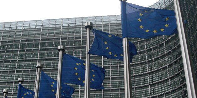 Δυσοίωνες προβλέψεις της Κομισιόν για την ελληνική οικονομία. Προβλέπει ανάπτυξη 0,5% του
