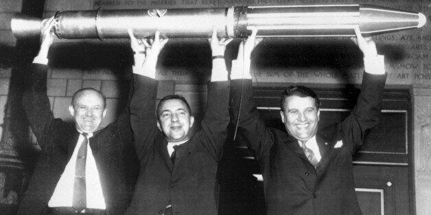 Ο Βέρνερ φον Μπράουν με δύο Αμερικανούς επιστήμονες μετά την εκτόξευση του δορυφόρου Explorer 1 από το...