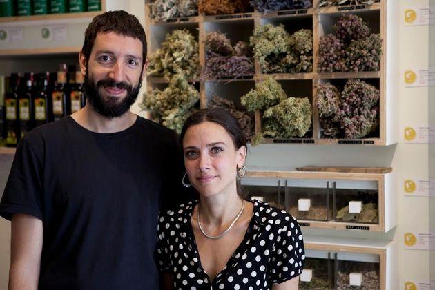 Ιsle of Οlive: Το κατάστημα στο ανατολικό Λονδίνο που μυεί τον κόσμο σε πάνω από 300 ελληνικές