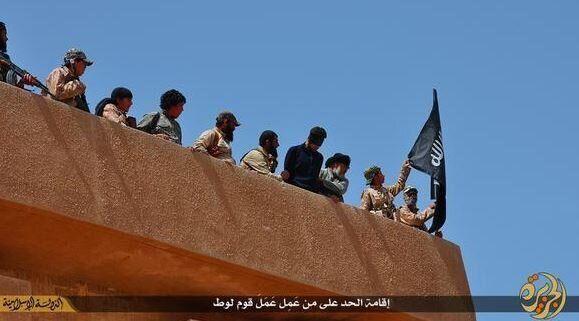 Αποτροπιαστικές φωτογραφίες δείχνουν εξτρεμιστές του ISIS να πετούν από κτίριο ομοφυλόφυλο