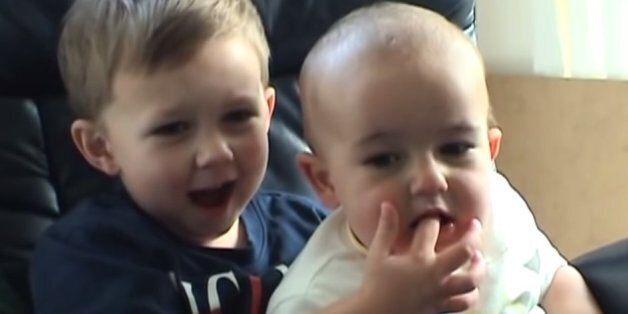 Τα παιδιά από το viral βίντεο «Ο Τσάρλι δάγκωσε το δάχτυλο μου» μεγάλωσαν και ξαναμιλάνε στην