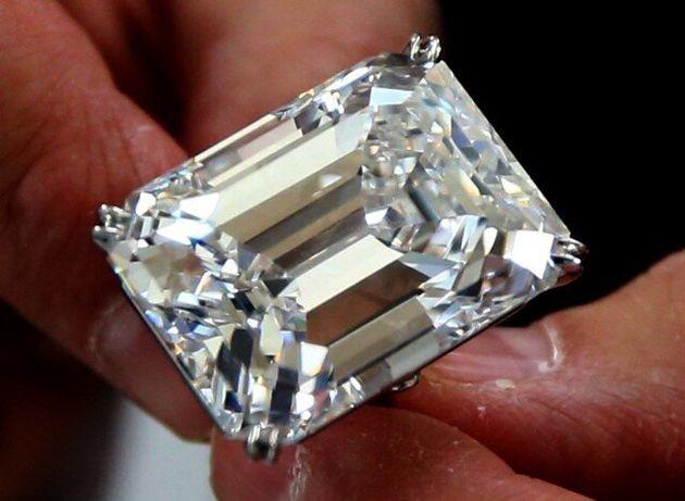 Αψεγάδιαστο σμαραγδένιο διαμάντι 100 καρατιών πουλήθηκε έναντι 22εκατ.