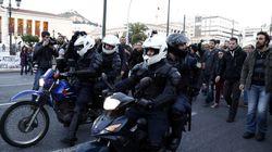 Αστυνομικός της ΔΕΛΤΑ με κάμερα στο κράνος ανάμεσα στους διαδηλωτές στα