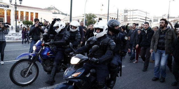 Αστυνομικός της ΔΕΛΤΑ με κάμερα στο κράνος ανάμεσα στους διαδηλωτές αν και δεν υπάρχει νομικό πλαίσιο...