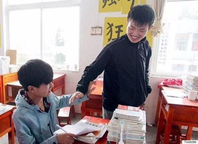Έφηβος στην Κίνα κουβαλούσε τον ανάπηρο συμμαθητή του στις πλάτες για τρία χρόνια.Τώρα θα χωρίσουν λόγω