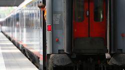 Βίντεο: Άνδρας σε αναπηρικό αμαξίδιο πέφτει στις ράγες του τρένου και πολίτες τρέχουν να τον