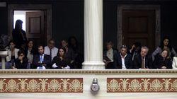Διαμαρτυρία στη Βουλή από συγγενείς θυμάτων τρομοκρατίας για τη διάταξη για τους κρατούμενους με σοβαρές
