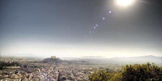 FT: Ο ήλιος λάμπει, τα εστιατόρια είναι γεμάτα και στην Αθήνα δεν επικρατεί πανικός. Σαν τις τελευταίες...