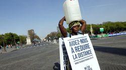 Με ένα μπιτόνι νερό στο κεφάλι έτρεξε στο μαραθώνιο του Παρισιού γυναίκα από την
