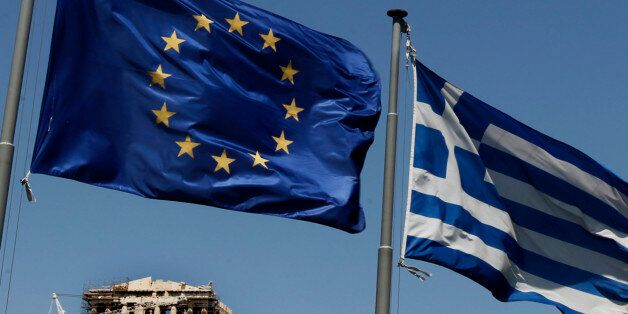 ARCHIV: A European Union left and the Greek flag wave above the ancient Parthenon temple, at the Acropolis...