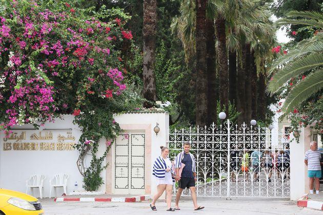 Des touristes devant le portail des Orangers à Hammamet en