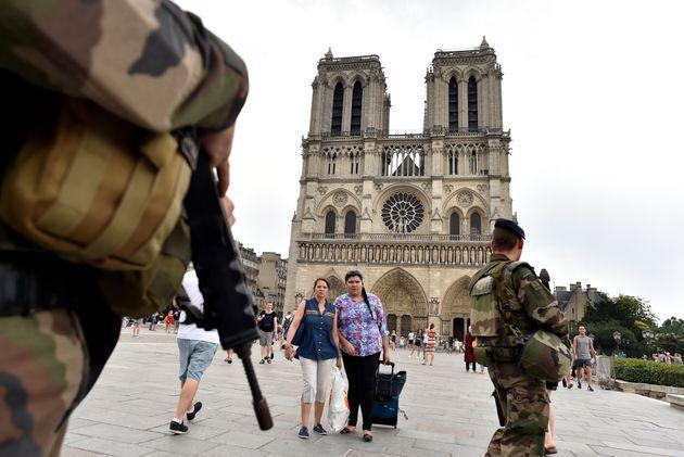 Des soldats de l'opération Sentinelle patrouillant devant Notre-Dame de Paris en 2016, année où des femmes...