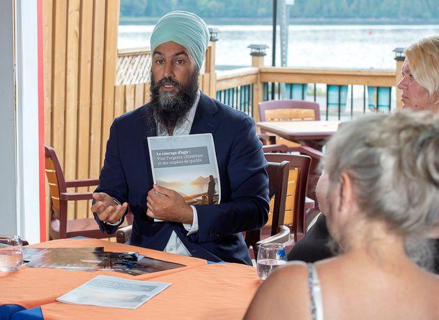 Le chef du NPD, Jagmeet Singh, accompagné de résidents de la région, discute des...