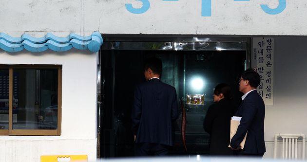 23일 오전 검찰 관계자들이 압수수색을 위해 서울 서초구 방배동 조국 법무부 자택으로 들어서고