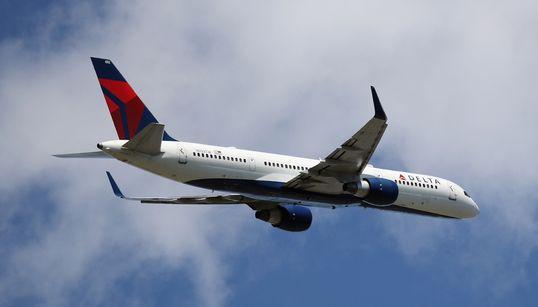 デルタ航空、9000メートル一気に急降下。乗客がパニック「恐怖で何が起きてるのか...」