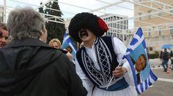 O τσολιάς της Ελληνοφρένειας στο Σύνταγμα εν όψει 25ης Μαρτίου μοιράζει σημαιάκια με τον Καμμένο και «δείχνει» το