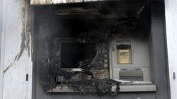 Μπαράζ εμπρηστικών επιθέσεων στην Αθήνα. Πυρπόλησαν τρία ΑΤΜ και ένα αυτοκίνητο μέσα σε 20