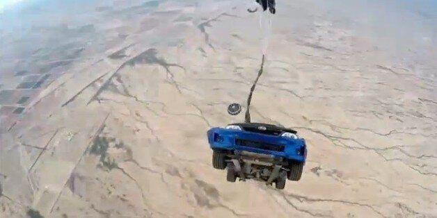 Πως γυρίζονται οι εντυπωσιακές σκηνές του Fast & Furious. Όταν τα αυτοκίνητα πέφτουν από αεροπλάνα με