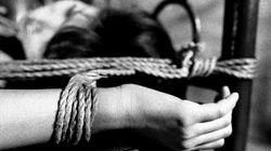 Δεμένη στα κάγκελα της αυλόπορτας του σπιτιού τους κρατούσαν μια 18χρονη ο πατέρας και ο αδελφός