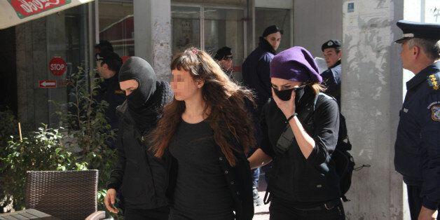 Αρνείται να βγει από τη φυλακή η μητέρα των αδελφών Τσάκαλου. Zητά την αποφυλάκιση της συντρόφου του...