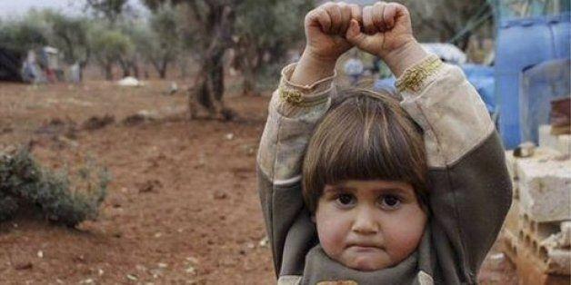 Ο φωτογράφος που έκανε το διαδίκτυο να δακρύσει: Ποιος τράβηξε τη φωτογραφία με το κοριτσάκι από τη Συρία...