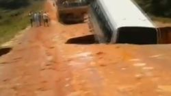 Η γή καταπίνει (κυριολεκτικά) λεωφορείο, που ξαναεμφανίζεται λίγο αργότερα