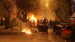 Επίθεση με πέτρες έξω από τα γραφεία του Πασοκ, στις φλόγες αυτοκίνητο στη Xαριλάου