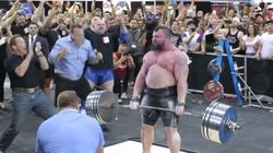 Ο άνθρωπος που σήκωσε 462 κιλά, έκανε παγκόσμιο ρεκόρ και το πανηγύρισε μαζί με τον
